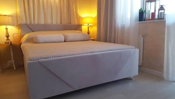 łoże małżeńskie w  sypialni